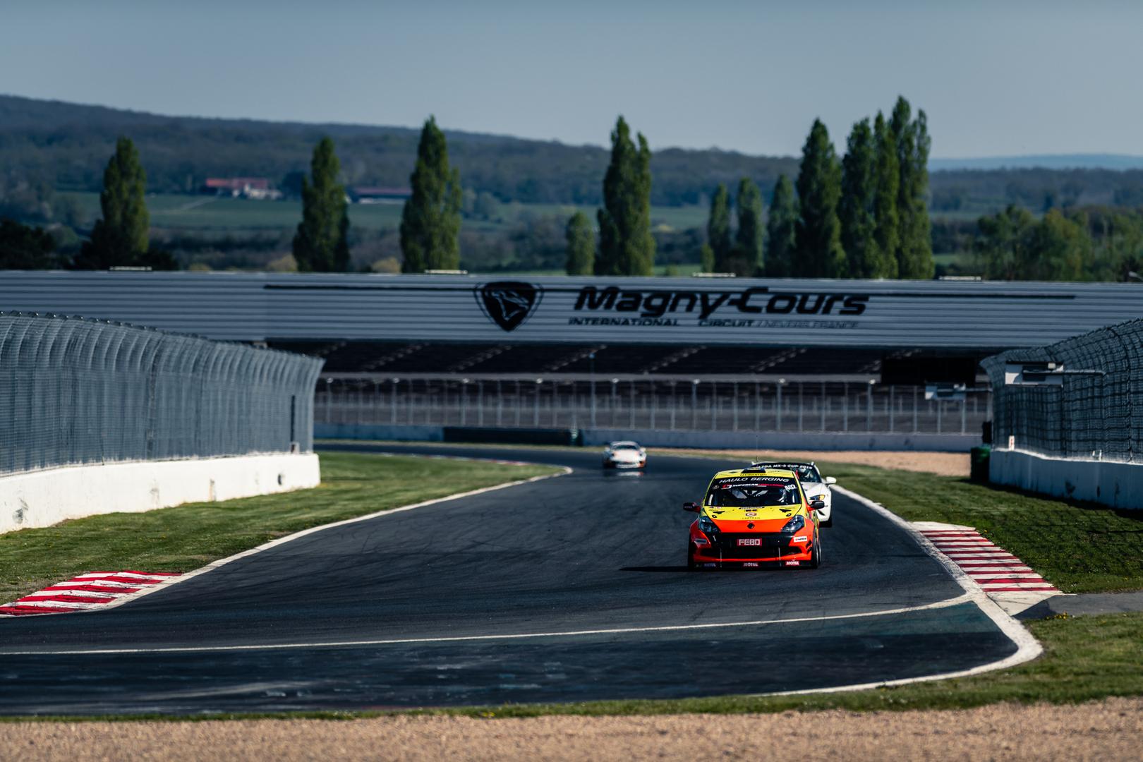 Supercar Challenge geniet op Magny-Cours, Neil Primrose zet